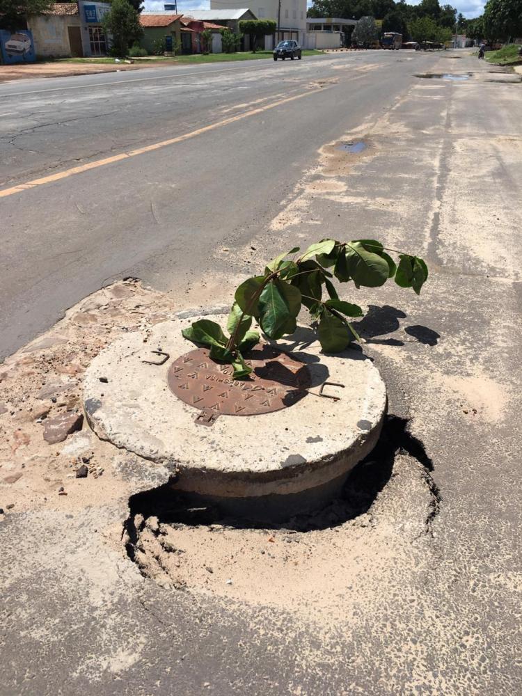 Obra do esgotamento sanitário causa destruição em avenida