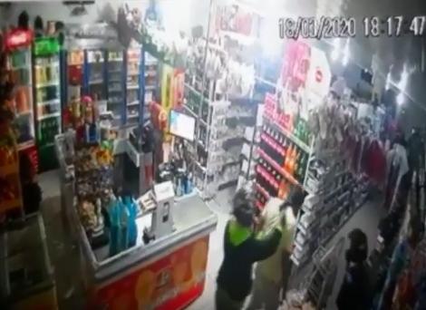 Ladrão encosta arma na cabeça de cliente durante roubo ao mercantil 30 de maio